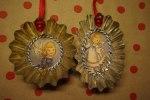 Hemgjord julgransdekoration av små kakformar och bokmärken