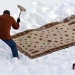 Städa av mattorna i snön
