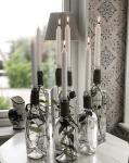Använda vackert dekorerade flaskor som ljushållare
