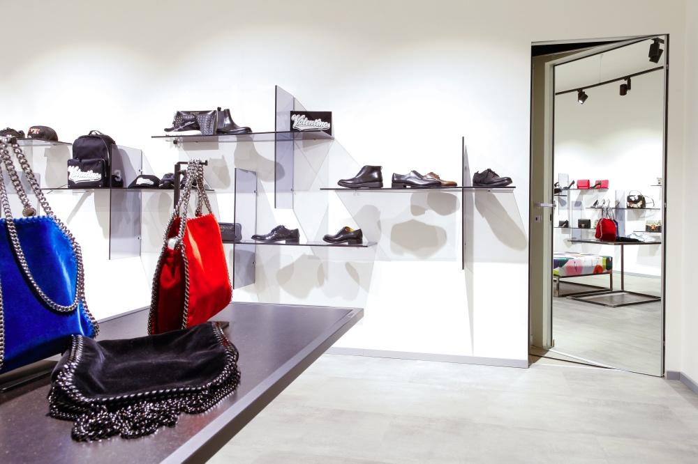 Porte filomuro per showroom.