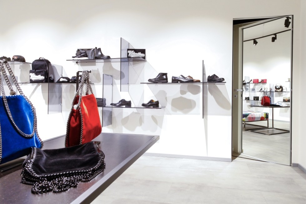 Porte filomuro per showroom.