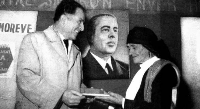 Feçor Shehu duke i dhënë dekoratën nënës së një efektivi të Repartit 303 të Spaçit, të plagosur gjatë revoltës së vitit 1973