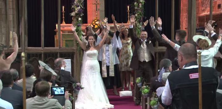 matrimonio mani in alto