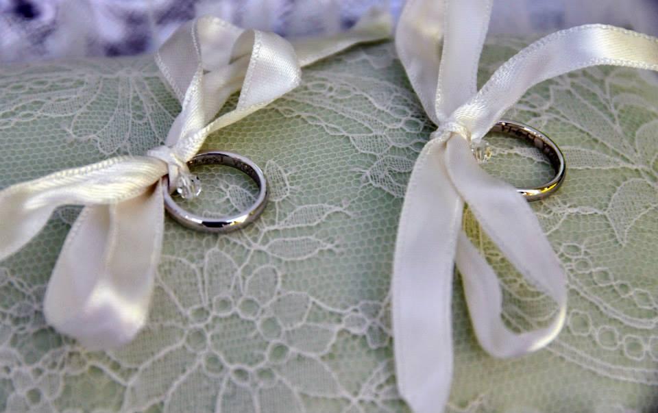 Il porta fedi a tema del matrimonio in bianco e verde di Andrea e Daniela