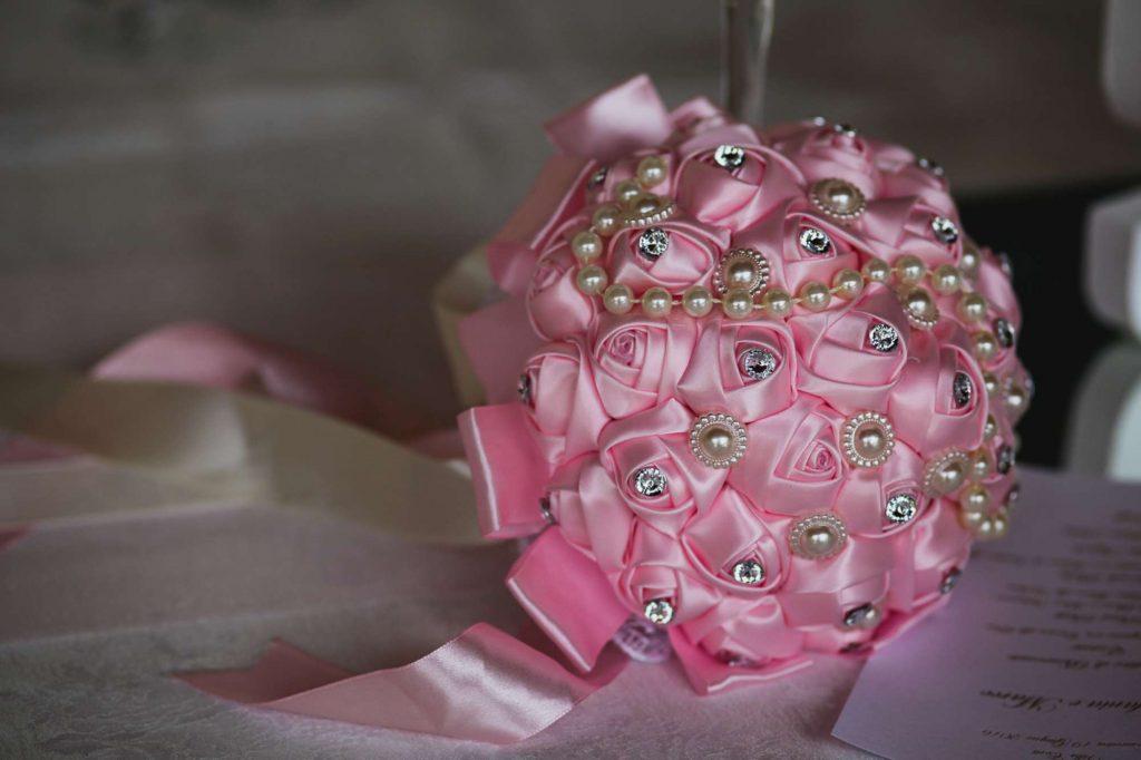 """Bouquet di stoffa. Foto di Sebastian Tiba, """"Belle foto di nozze""""."""