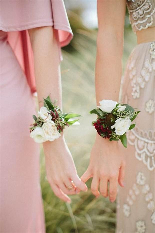 corsage rose bianche al polso