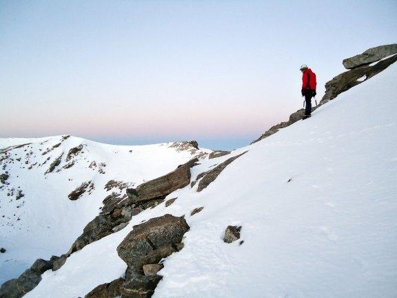 Sento llegando a la cumbre del Puntal de la Caldera