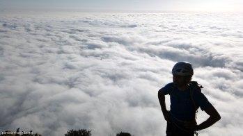 Óscar observa el mar de nubles durante la bajada del Espolón Central