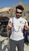 Cuerda de escalada rota y cinta con absorvedor de energía disipada tras la caida de Raúl