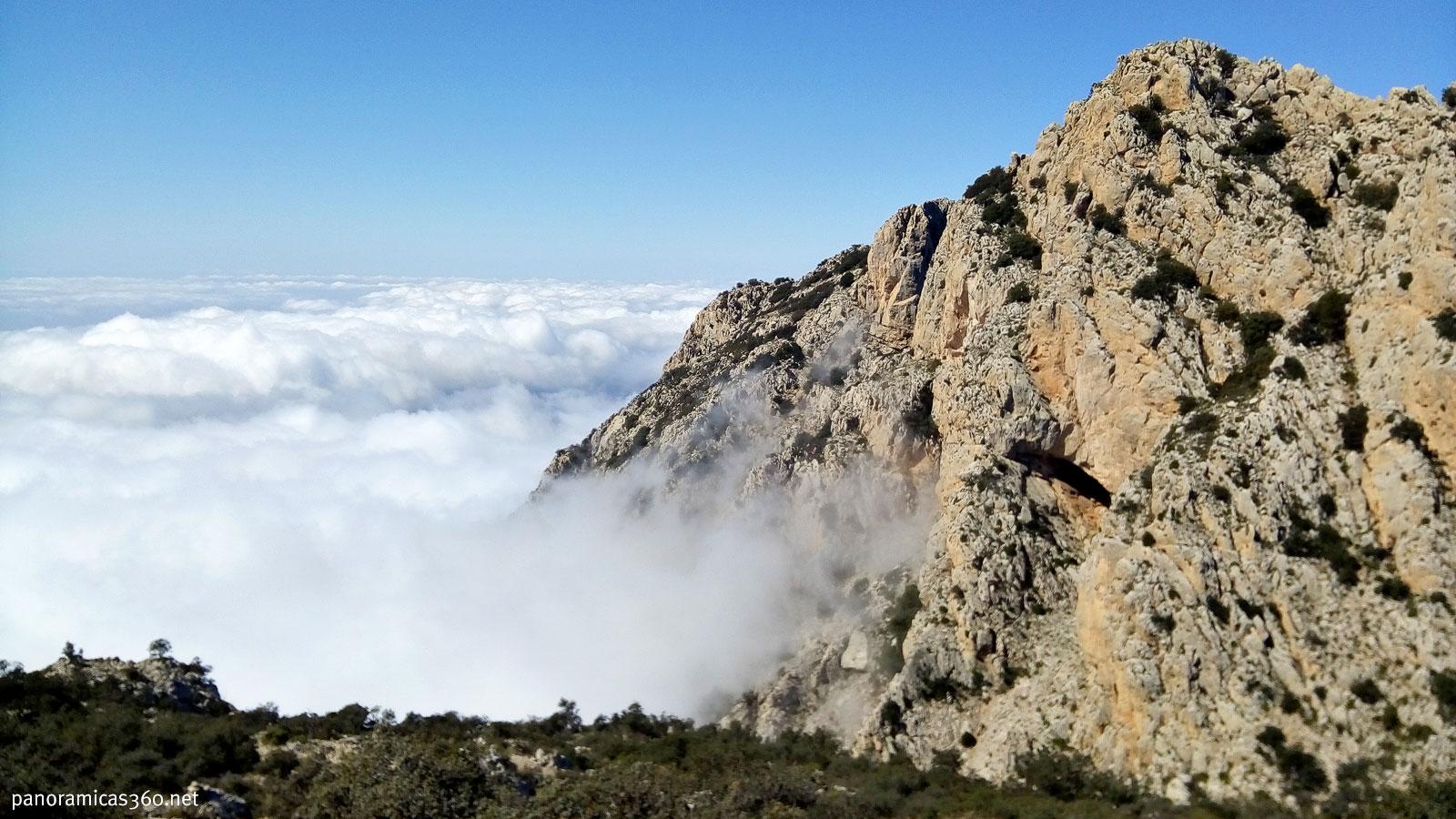 Las nubes ascienden por el Carreró. Pic Prim detrás