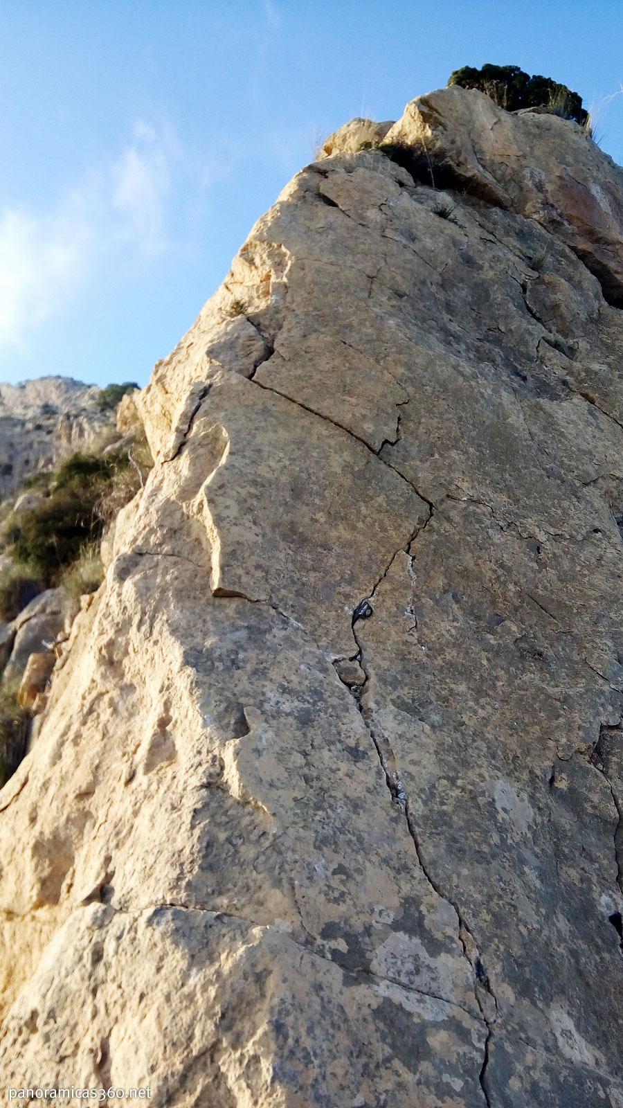Paso clave de la cresta del Maigmó o del Cantal del Pixador. Se puede ver un clavo para asegurar el paso