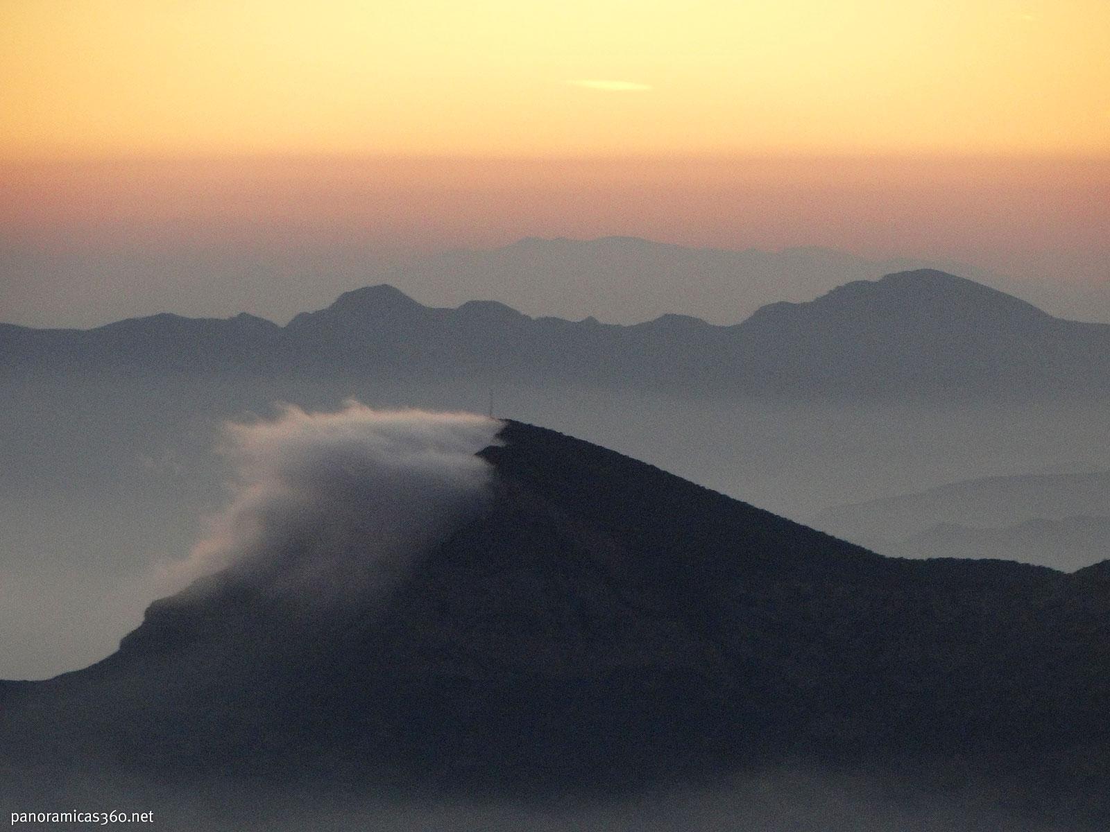 Nube apoyada en la montaña