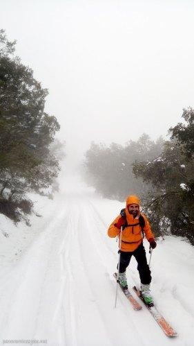 Javi comenzando la ruta con esquís en la Sierra de Aitana