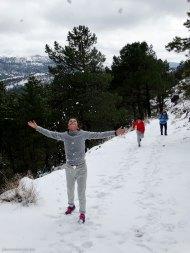 Jugando con la nieve durante la ruta