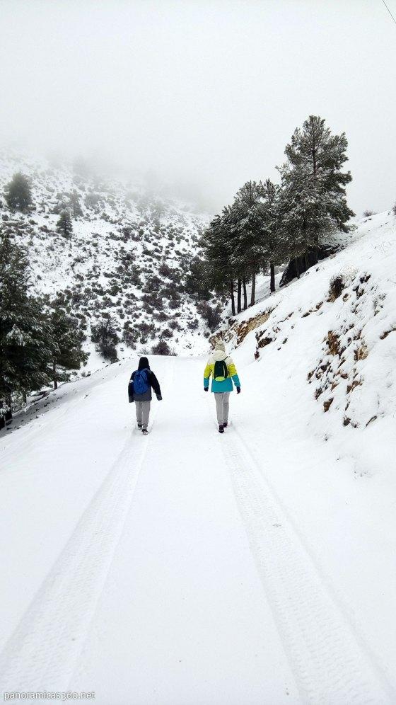Principio de la ruta senderista con niños en nieve en la sierra del Segura