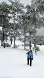 Cris y Berta paseando en la nieve