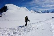 Meseta glaciar que conduce a la última pala del Breithorn que está a la izquierda