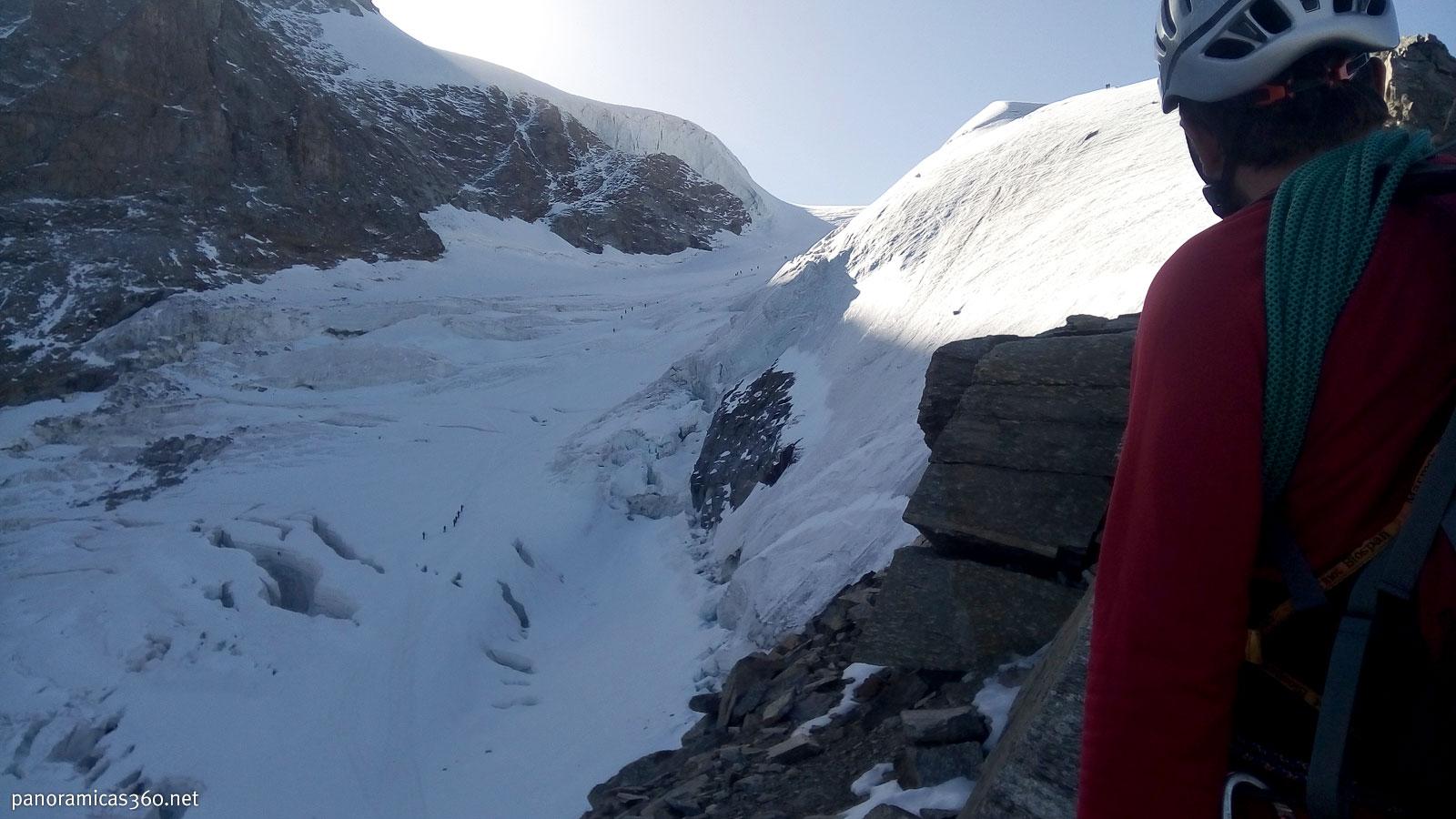 Glaciar Laveciau con varias cordadas subiendo