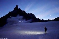 Caminando por el glaciar antes del amanecer