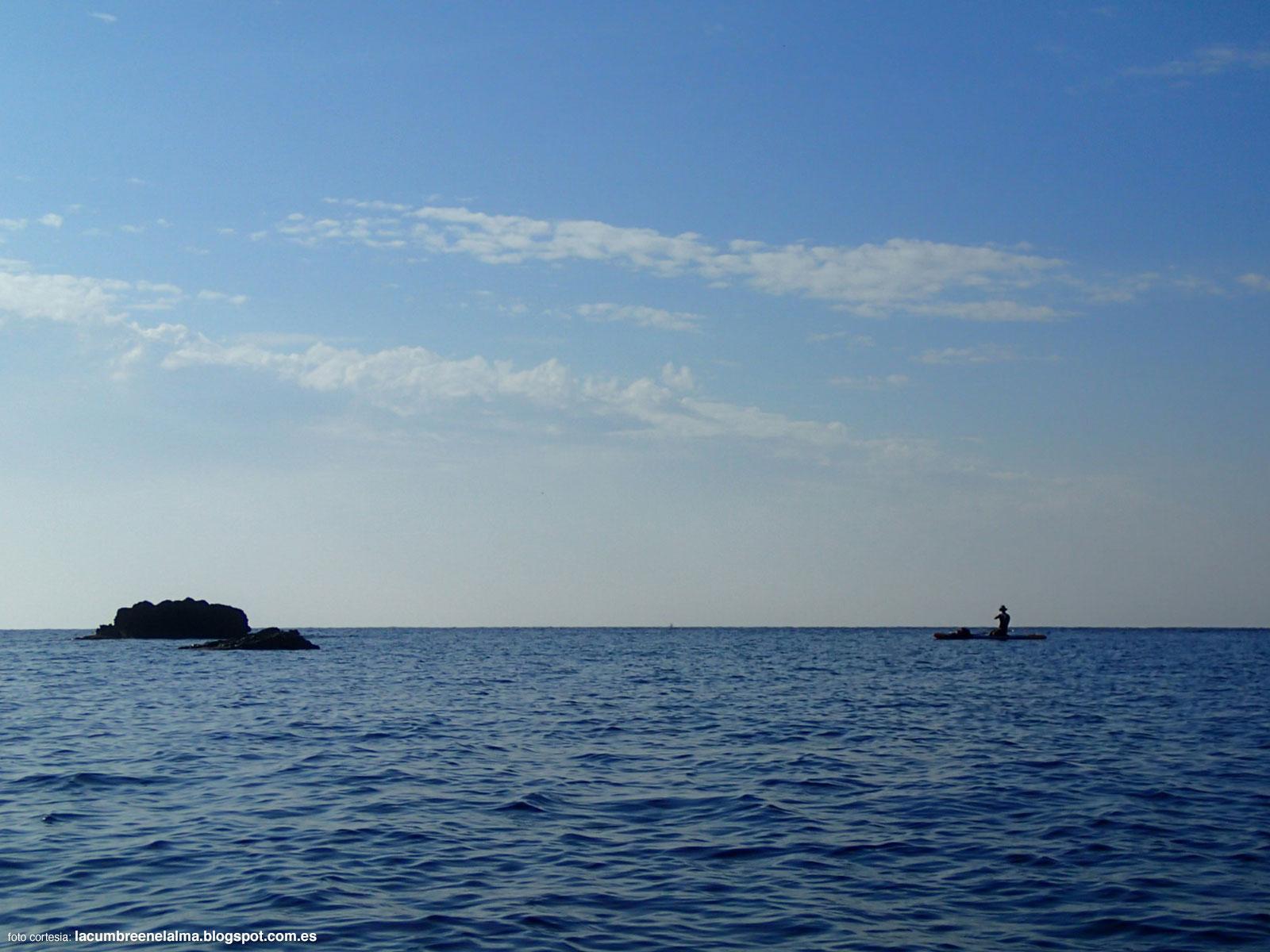 Yo en la isla de Tabarca haciendo paddle surf