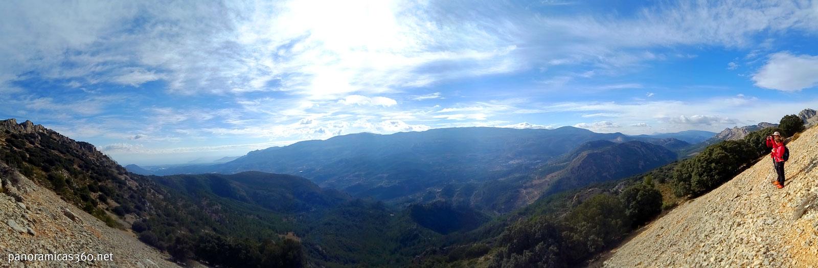 Panorámica del valle de Guadalest desde la sierra Serrella