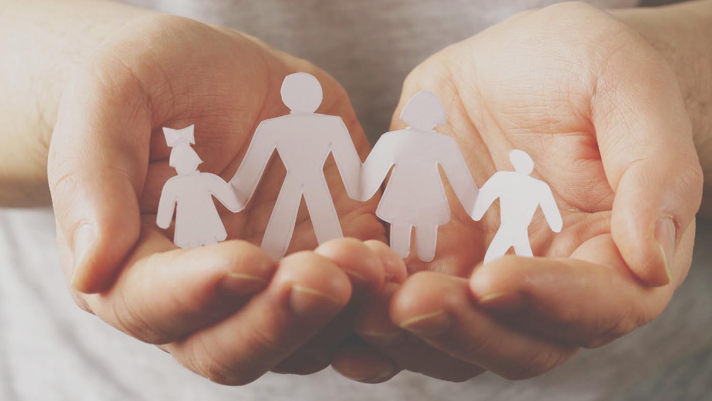 mani che racchiudono una famiglia