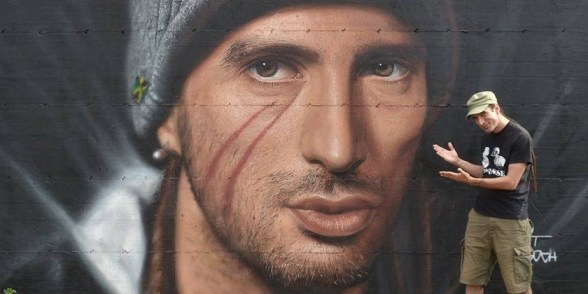 Napoli ricorda Pino Daniele con un murale di Jorit, eccolo davanti a un'altra sua opera