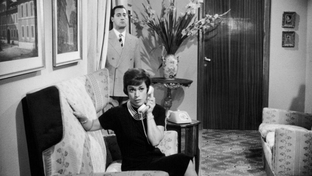 """Franca Valeri e, dietro, Alberto Sordi nel film """"Il vedovo"""". Ne parla il libro di Aldo Dalla Vecchia, Viva la Franca"""