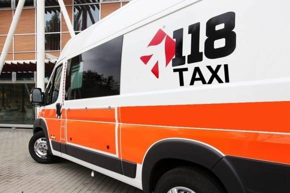 Ambulanza 118 con scritta TAXI