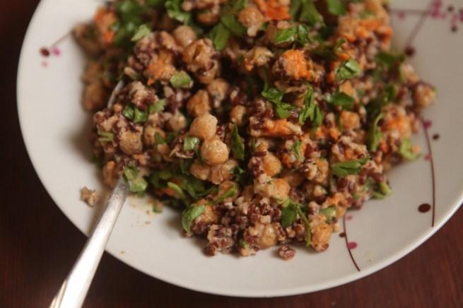 salada de arroz castanho com grão de bico e abóbora