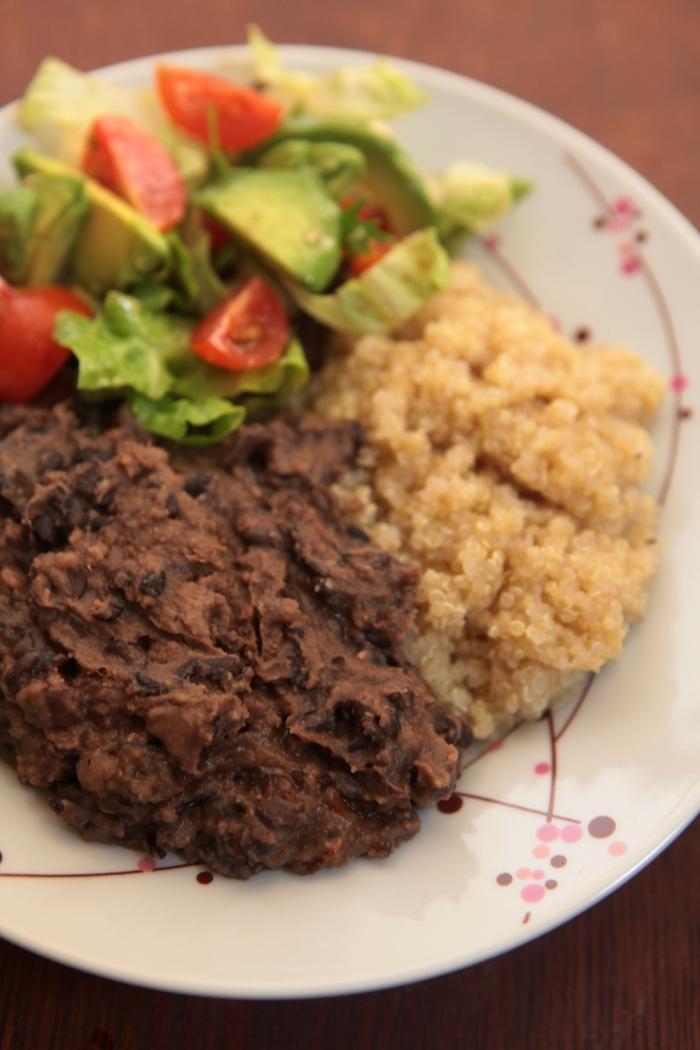 almoço feijão quinoa salada
