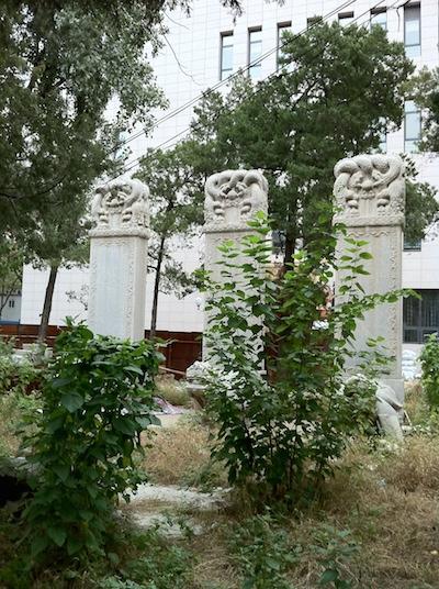 история: три стелы в 语言学院
