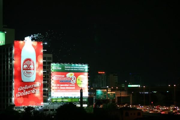https://i2.wp.com/www.paper-plane.fr/wp-content/uploads/2010/05/billboard-outdoor-JEH-United-bangkok-chang-ballons-ball-helium-alternatif-marketing-1-600x400.jpg