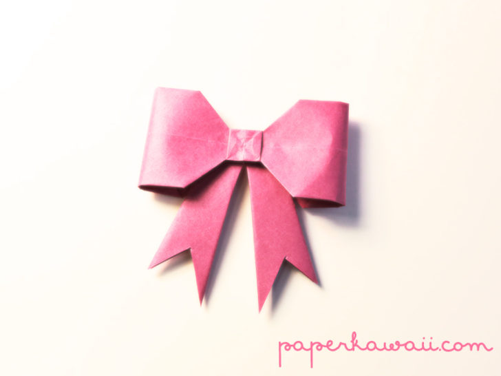 In this new video tutorial you will learn how to make this super cute origami/kirigami bow. Perfect for gift wrapping or card making, it's easy to make! #origami #bow #tutorial #instructions #diy #crafts