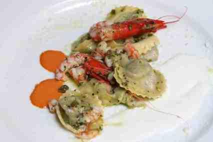tortelli ripieni di pesto con gamberi di Santa Margherita e prescinseua