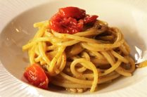 spaghettoni Mancini con datterini alla brace e ricci di mare