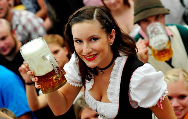 Mulher oferecendo caneca na Oktoberfest