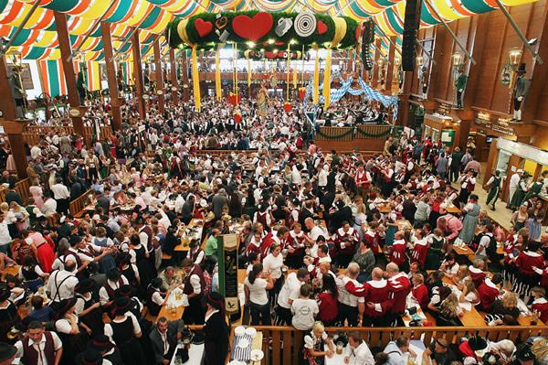 Multidão numa área da Oktoberfest