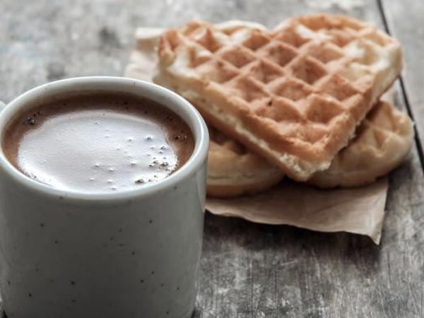 waffle e chocolate quente
