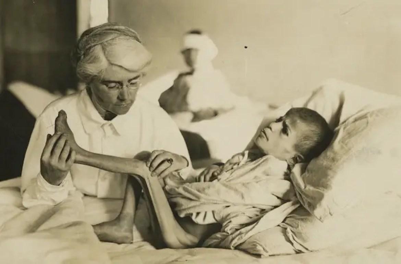 Dr. Mabel Elliot cares for a Greek refugee boy