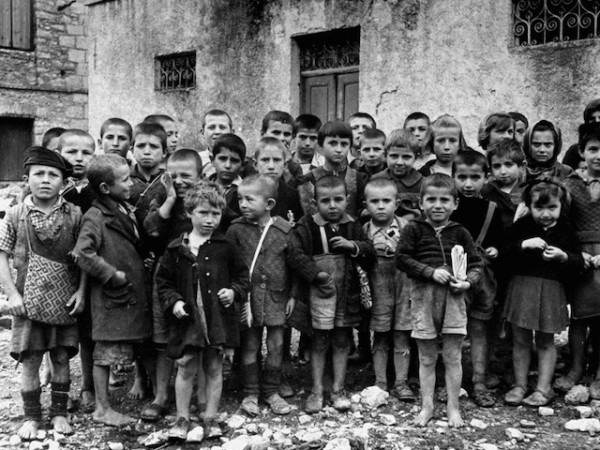 hist_us_20_ww2_pic_children_greece_ww2