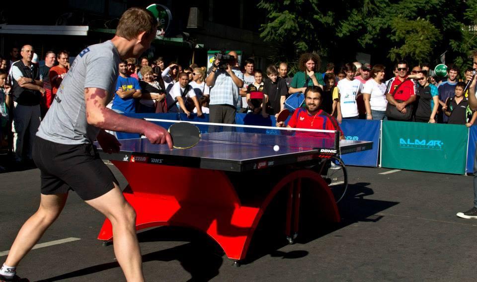 Inédito duelo de tenis de mesa en el Obelisco