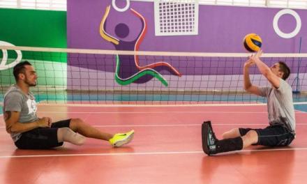 Jackson Follmann visitó el centro paralímpico y jugó voley sentado