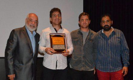 La Fundación Paradeportes le entregó una distinción al surfista ciego Pablo Martínez