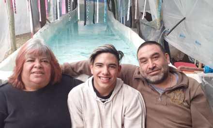 La historia del nadador sordo al que los padres le construyeron una pileta con maderas, chapas, nylon y una lona gigante en el fondo de su casa