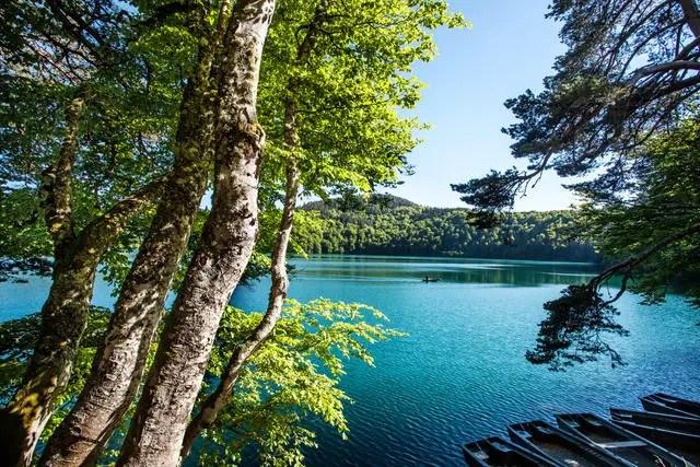 Het helderblauwe water van het Lac Pavin   Beeld: Comité Régional de Développement Touristique d'Auvergne  