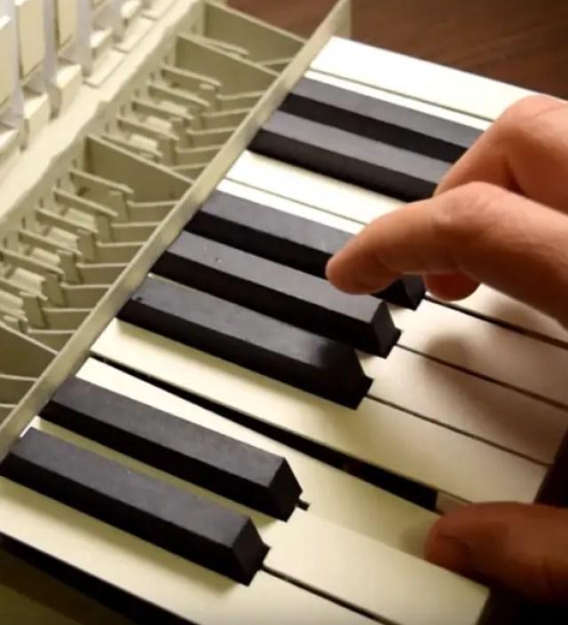 Dit orgel is gemaakt van papier en brengt onverwacht mooie klanken voort