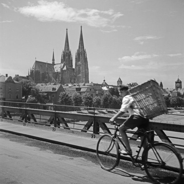 Blick auf den Dom in Regensburg von einer Donaubrücke, Deutschland 1930er Jahre. View to Regensburg cathedral from a bridge over river Danube, Germany 1930s.
