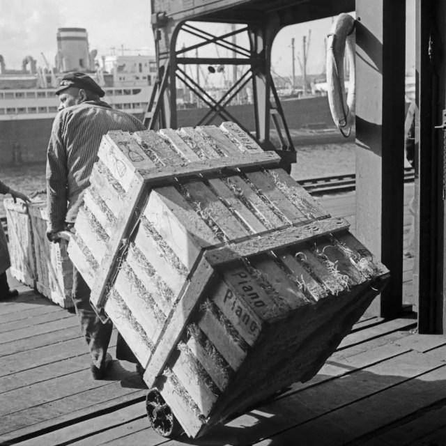 Ein Arbeiter im Hafen von Hamburg, Deutschland 1930er Jahre. A worker at Hamburg harbor, Germany 1930s.