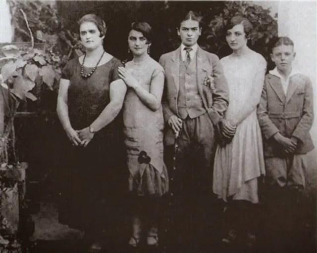 In het midden: Frida in een pak